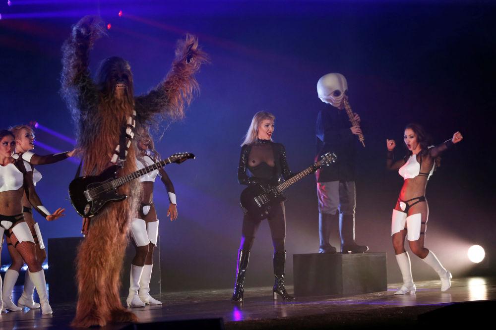 Yıldız Savaşları köstümleriyle dans gösterisi