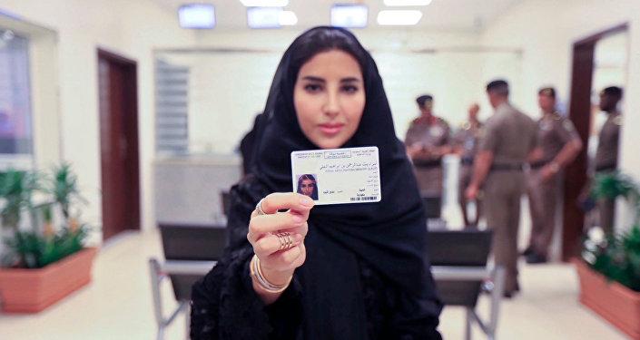 Suudi Arabistan'ın bugün ilk kez kadınlara ehliyet dağıtmaya başladığını duyuruldu.