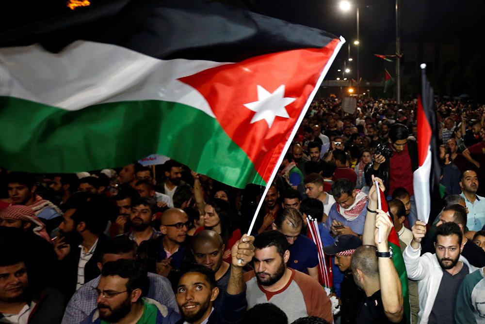 Amman'daki El-Hüseyniyye Sarayı'nda devlete ait medya organlarının yöneticileri, günlük gazete editörlerinin yanı sıra gazeteciler sendikası başkanı ve bazı gazetecileri kabul eden Ürdün Kralı 2. Abdullah, görüşmede, tartışmalı vergi yasasına karşı düzenlenen yoğun protestolara ilişkin, Ürdün vatandaşı haklı, Ürdünlülerin acı çekmesini kabul etmeyeceğim dedi. Ürdünlü gençlerin medeni şekilde kendini ifade etmelerinden memnun olduğunu kaydeden Abdullah Bazı yetkililerin, karar vermede hatalı olduğunu ve gevşek davrandığını kabul etmeliyiz. Bu hataya, zamanında müdahale edilerek, yetkililer ve hükümetler görevden alındı dedi. Kral Abdullah sözlerini Ürdün şu anda bir yol ayrımında, ya bu krizden çıkarak halkına iyi bir yaşam sağlayacak ya da Allah korusun bilinmeze doğru gidecek diye sürdürdü.