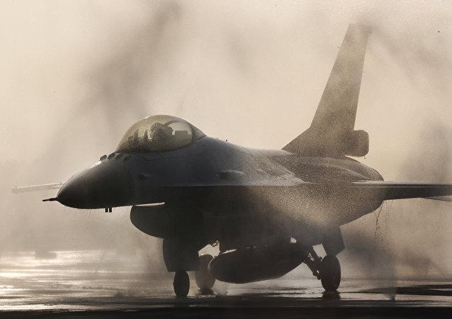 Tayvan Hava Kuvvetleri'ne ait bir F-16 savaş uçağı