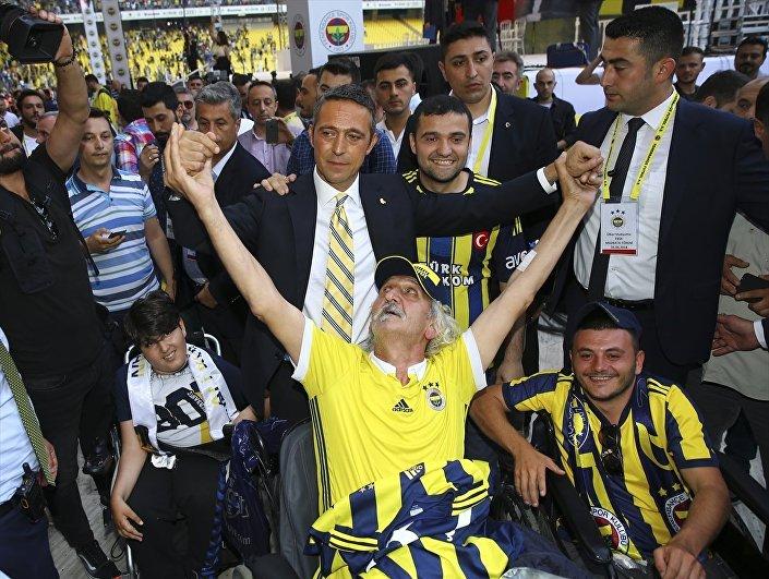 Stattaki 20 bini aşkın sarı-lacivertli taraftar, yeni başkanları Ali Koç lehine sık sık tezahüratlar yaptı. ''Fenerbahçe evimiz, Ali Koç babamız'' tezahüratı dikkat çekti. Meşaleler yakarak renkli görüntüler oluşturan taraftarların sevgi gösterilerine Ali Koç da karşılık verdi. Koç, konuşmasının ardından tribünleri tek tek dolaşıp taraftarlarla tezahürat yaptı.