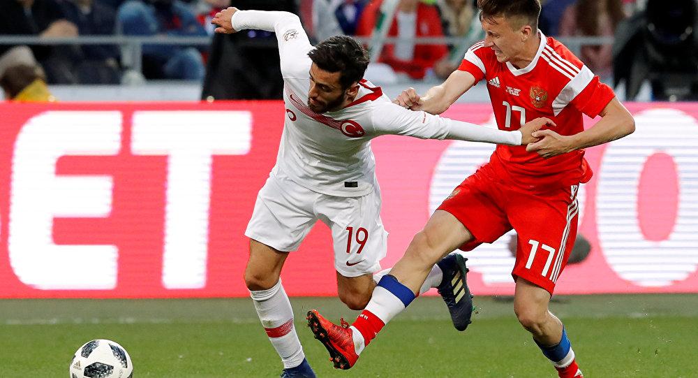 Rusya-Türkiye dostluk maçında Aleksandr Golovin ile Yunus Mallı ikili mücadelede