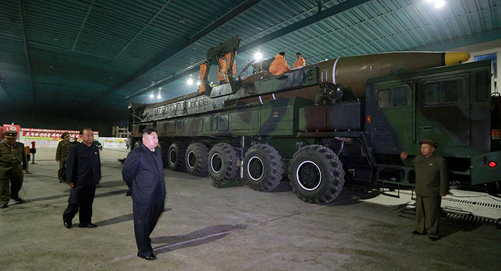 Kuzey Kore lideri Kim Jong-un, Hwasong-14 tipi  kıtalararası balistik füzeyi denetliyor