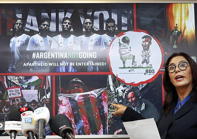 İsrail Kültür ve Spor Bakanı Miri Regev, boykot kampanyasının bir İsrail askerinin topu ayağının altında gasp edip Messi'yi oynatmazken gösterdiği karikatürü ve bir protestocunun kırmızı boya sürülmüş Arjantin formasını yırttığı fotoğraf üzerinden 'terör' suçlamasında bulundu.
