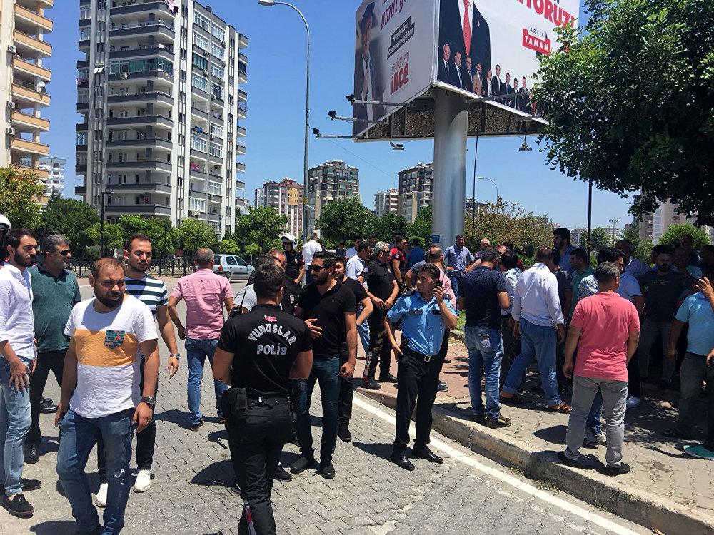 Her iki taraf da birbirini suçlayan açıklamalar yaparken, polisin bölgedeki geniş güvenlik önlemi bir süre devam etti.