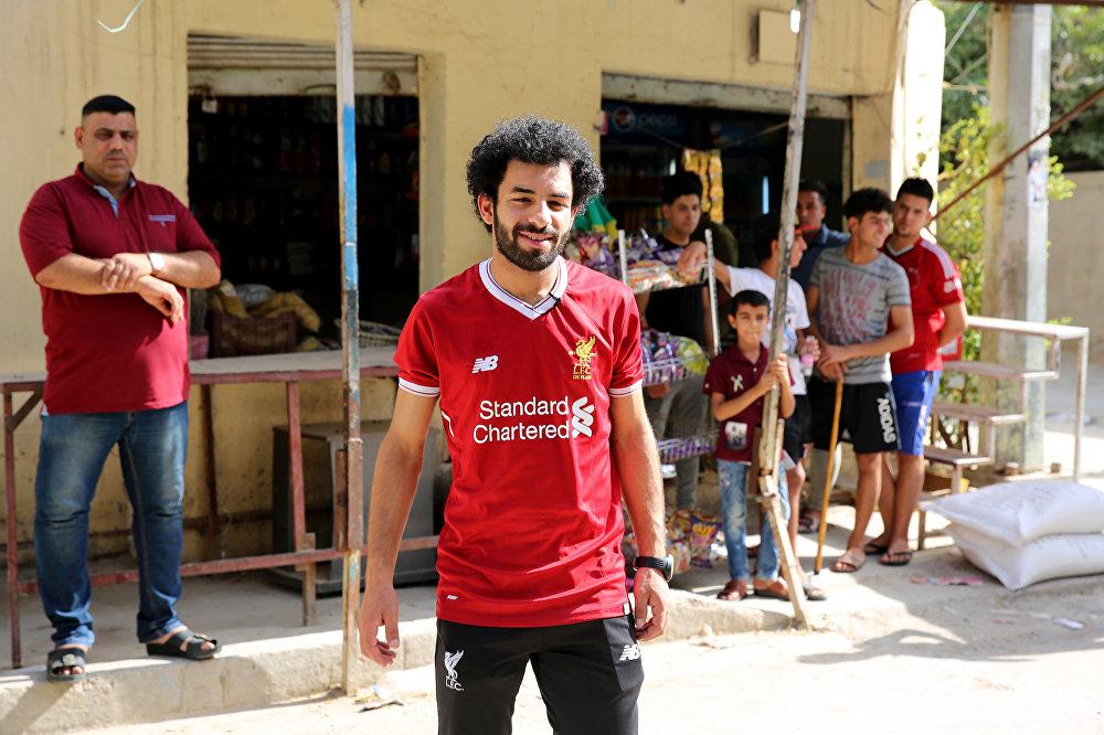 Irak'ın El- Zawraa futbol kulübünde forvet mevkiinde top koşturan Hüseyin Ali siyah sakalı, kıvırcık saçları ve Liverpool  formasıyla  kolaylıkla Mısırlı futbolcu Muhammed Salah zannedilebilir. Bağdat'ta yaşayan 20 yaşındaki Ali, Salah'ın AC Roma'da oynadığı dönemde de onunla olan benzerliğinin farkında olduğunu ancak yapılan yorumları şaka olarak geçiştirdiğini anlattı. Salah'ın Liverpool'da yıldızlaşması ve 'tüm Araplar için bir numaralı futbolcu' olmasının ardından kendisinin de benzerliği üzerine odaklandığını söyledi.