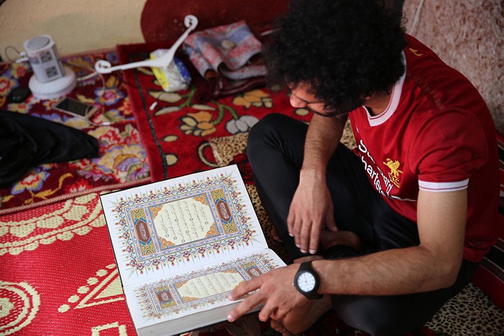 Ali ayrıca O Kuran-ı Kerim okuyor ve maçlardan önce Allah'ın yardımını istiyor. Ben de 'Ebu Mekke' gibi Kuran okuyup dua ediyorum diye konuştu.