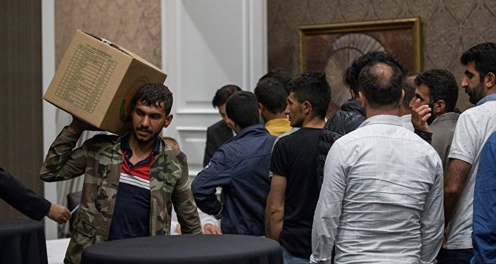 Türk-İş tarafından sokakta kağıt ve atık toplayan yaklaşık 200 kişiye beş yıldızlı otelde iftar verildi