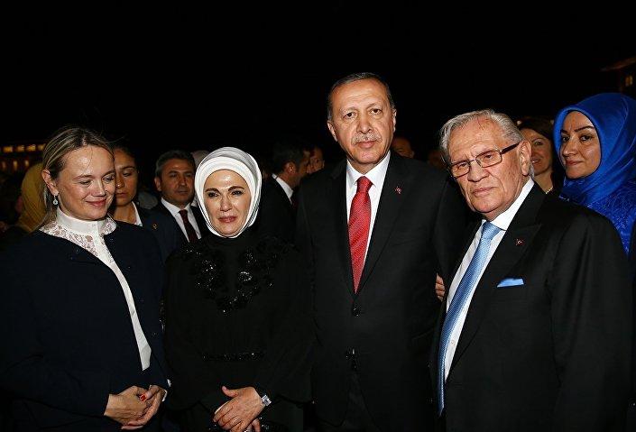 Demirören Holding Kurucusu ve Yönetim Kurulu Başkanı Erdoğan Demirören hayatını kaybetti. Demirören, 31 Ağustos 2015'te Cumhurbaşkanı Recep Tayyip Erdoğan ve eşi Emine Erdoğan tarafından verilen 30 Ağustos Zafer Bayramı dolayısıyla resepsiyona katılmıştı.