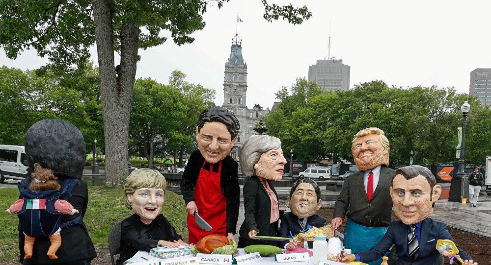 Kanada'nın Quebec kentinde düzenlenen G7 zirvesi, üye ülkelerin liderlerinin maskelerini takan aktivistler tarafınden eğlenceli şekilde protesto edildi.