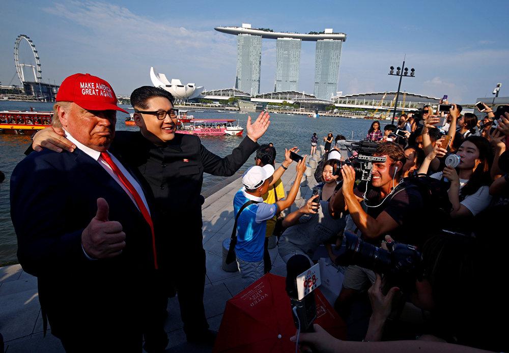 İnsan hakları örgütleri Singapur kanunlarının barışçı toplanma ve ifade haklarını kısıtladığını belirtiyor. Örneğin yapılması planlanan protestoların önceden yetkililerce onaylanması gerekiyor ve sadece merkezde bulunan 'Speaker's Corner' denilen özel alanda protestolara izin veriliyor.
