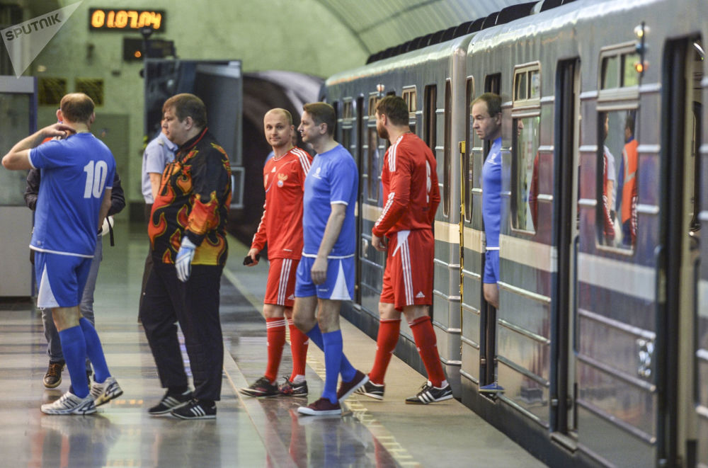 St. Petersburg metrosunda futbol maçı