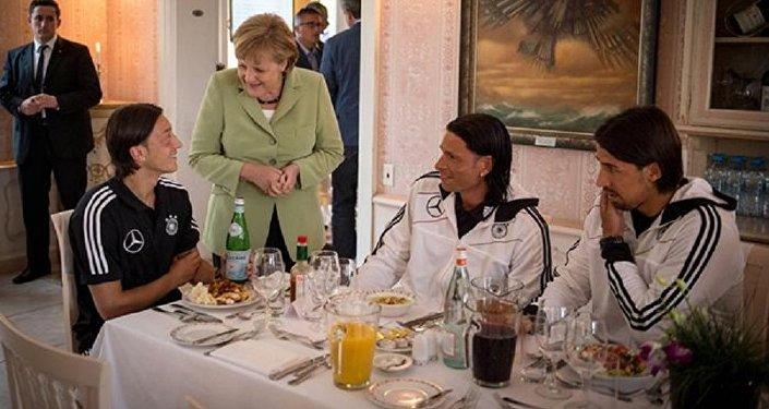 Angela Merkel, Mesut Özil
