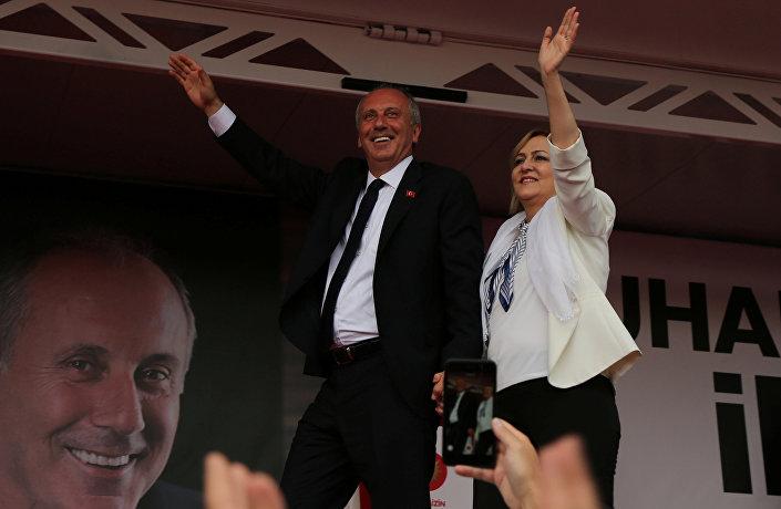 Diyarbakır mitingine eşiyle birlikte katılan İnce ''Alanın, kalabalığın sonunu göremiyorum buradan'' derken ''Sesi yükseltebilirseniz yükseltin'' talimatını verdi.