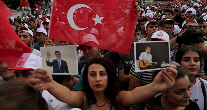 Muharrem İnce'nin Diyarbakır mitinginde HDP flamaları ve Demirtaş kartpostalları da açıldı.