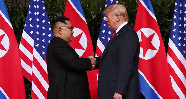 ABD Başkanı Donald Trump ve Kuzey Kore lideri Kim Jong-un'dan tarihi tokalaşma