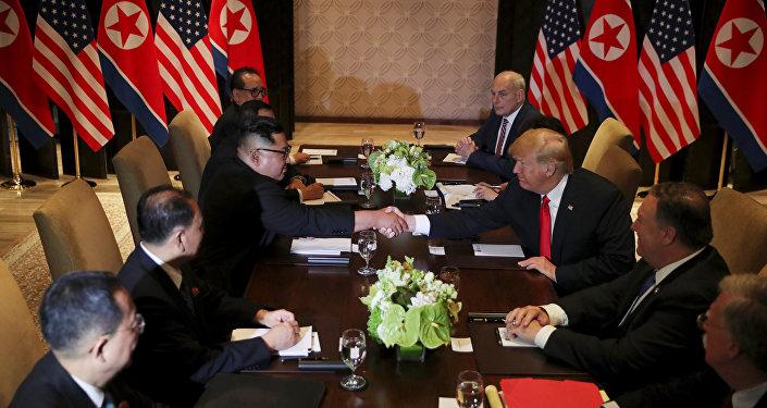 Kim için 'president' değil 'chairman' ifadesini kullanan ve ortak çalışma mesajı da veren Trump Sizinle bir arada olmak büyük bir onur dedi.