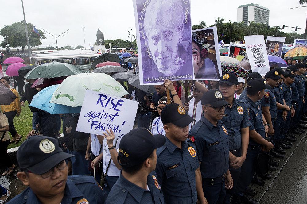 Enriquez'in de dahil olduğu kadın kolektifi geçen ay Duterte'nin kadınlara yönelik davranışlarına karşı sosyal medyada  #BabaeAko (Ben bir kadınım) etiketiyle kampanya başlatmıştı.