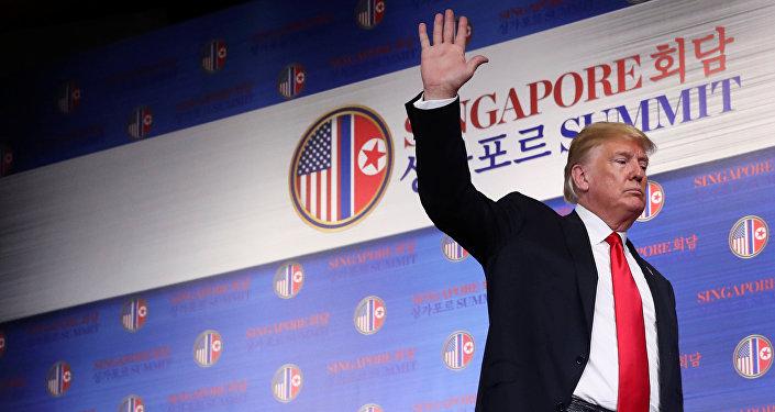ABD Başkanı Donald Trump, Kuzey Kore lideri Kim Jong-un'la zirve yaptığı Singapur'da basın toplantısından ayrılırken