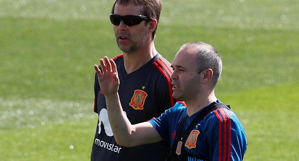 İspanya milli takımı 2018 FIFA Dünya Kupası'na hazırlanırken teknik direktör Julen Lopetegui (solda) ile futbolcu Andres Iniesta görüş alışverişinde