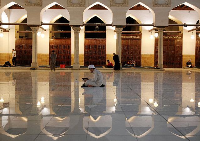 Mısır'ın başkenti Kahire'deki El Ezher Camisi'nde iftardan sonra akşam duaları