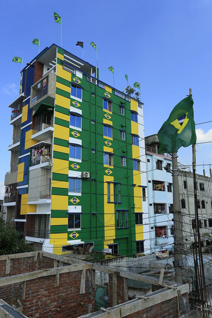 Başkent Dakka'da Brezilya bayrakları donatılan ve ulusal renklerle boyanan bir apartman