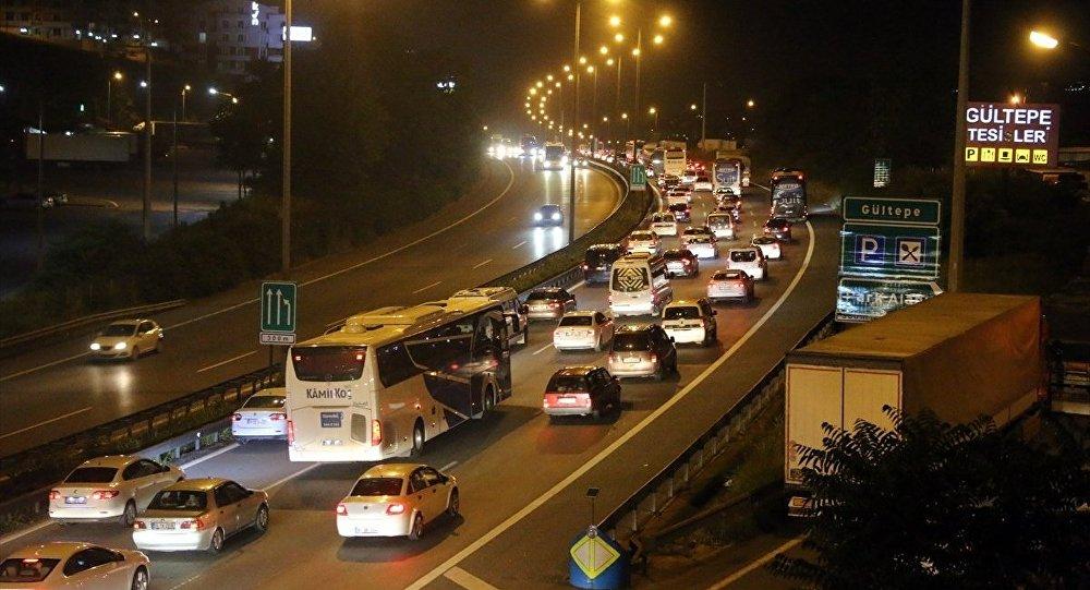 Ramazan Bayramı'nın son gününde İstanbul'a dönen tatilciler sebebiyle Anadolu Otoyolu'nun Kocaeli bölümünde zaman zaman trafik yoğunluğu oluşuyor.