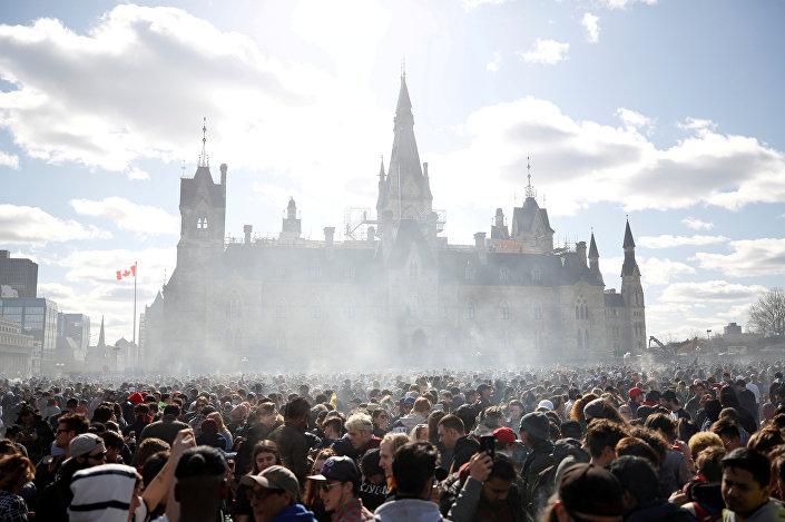 Kanada'nın başkenti  Ottawa'daki parlamento binası önünde  her yıl 4. ayın 20. gününde yapılan 'Dünya Marihuana Günü' içi toplanan insanlar