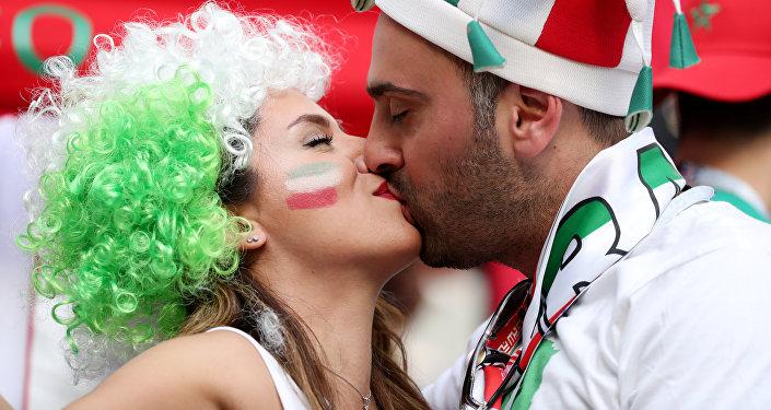 Saint Petersburg'daki İran-Fas maçını izleyen İranlı taraftarlar arasında örtünmeyen kadınlar çoğunluktaydı.