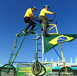 Brezilyalı taraftarlar Dünya Kupası maçlarına çift katlı bisiklet ile gidiyor