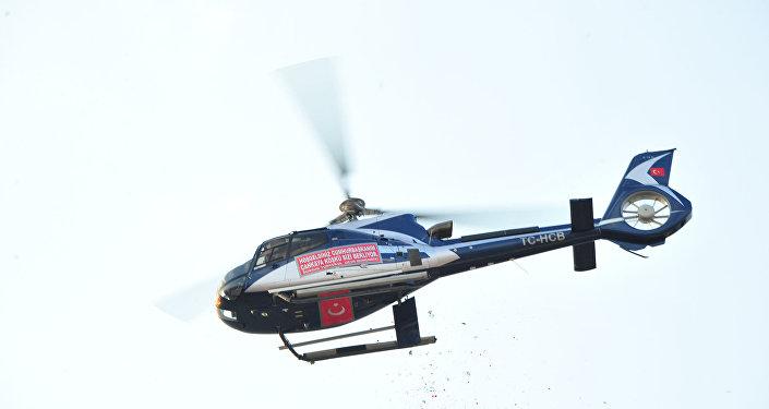 Muharrem İnce'nin İzmir mitinginde bir helikopterden alana çiçek atıldı