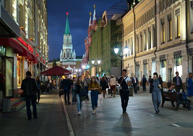 People on Moscow's oldest street, Nikolskaya