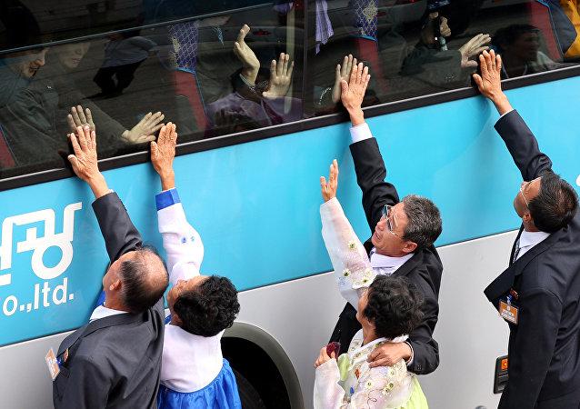 Kuzey Koreliler 2015'teki  aile buluşmasında Güney Kore'de yaşayan akrabalarına veda ediyor