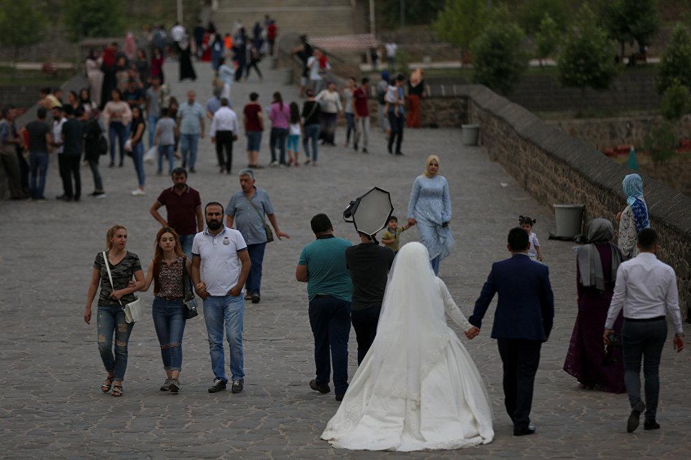 Diyarbakırlıların uğrak yerlerinden biri Tarihi Ongözlü Köprü. Gelin ve damat düğünden önce fotoğraf çekimi için köprüdeler.