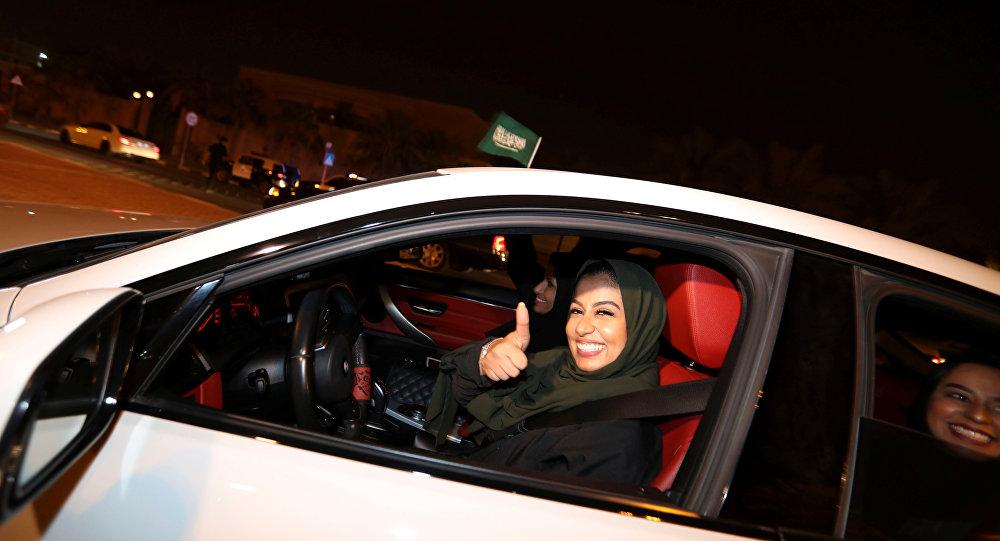 Arabistanlı kadınlar ilk kez trafiğe çıktı