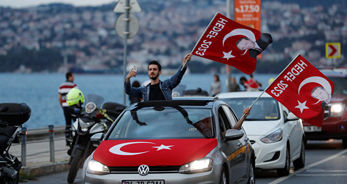 AK Parti'ye destek vermek için Tarabya yakınlarında sokağa dökülen vatandaşlar