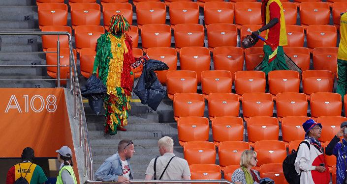 Japon ve Senegalli taraftarlar maçın ardından yine tribünlerde temizlik yaptı.