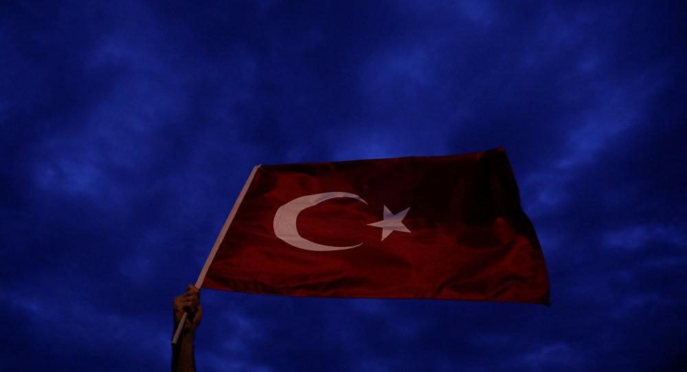 Türk bayrağı sallayan bir AK Parti seçmeni