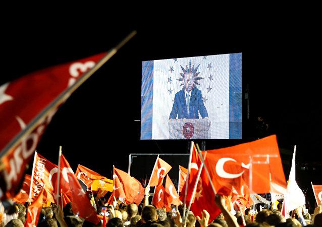 AK Partililer, partilerinin cumhurbaşkanı adayı Recep Tayyip Erdoğan'ın konuşmasını izledi