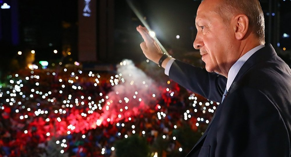 AK Parti Genel Başkanı ve Cumhurbaşkanı Recep Tayyip Erdoğan, partisinin genel merkezindeki balkon konuşmasında vatandaşlara hitap etti.