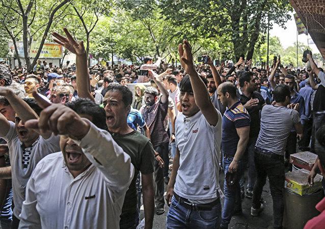 İran'da ekonomik sorunlar nedeniyle Tahran Büyük Çarşısı'ndan meclise uzanan protesto, 25.06.2018