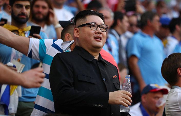 Tribünlerde kendini Kuzey Kore lideri Kim Jong-un'a benzetmiş bir taraftar dikkatlerden kaçmadı.