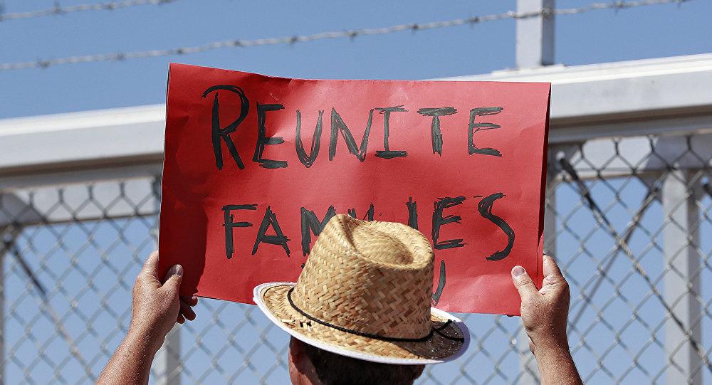 ABD'de göçmen çocukların ailelerinden ayrılması uygulamasını protesto eden bir eylemci