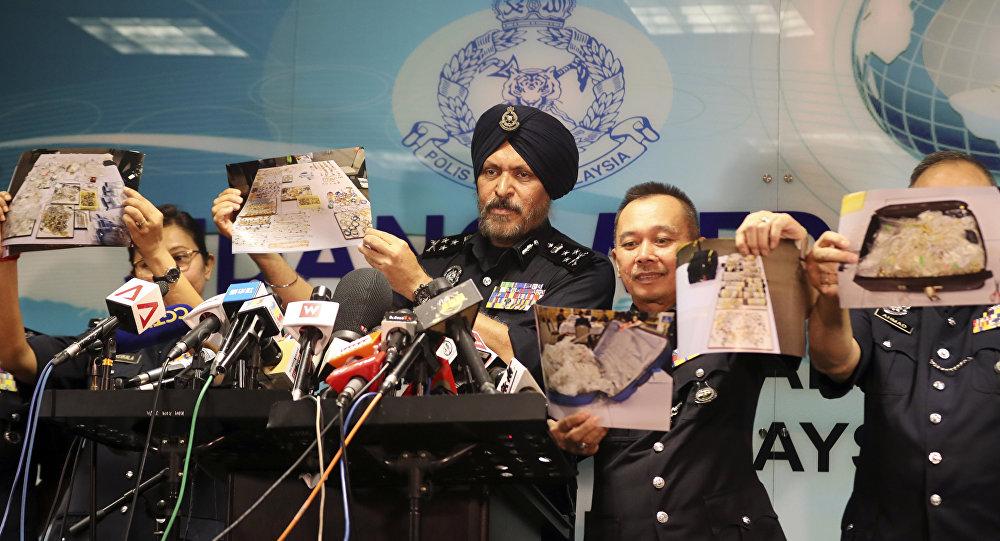 Malezya Emniyeti'nin Ticari Suçlarla Mücadele Şubesi Başkanı Amar Singh ile ekibi, eski Başbakan Necip Rezak ile bağlantılı evlerde ele geçirilen nakit para, mücevher ve diğer malların fotoğraflarını gösterdi.