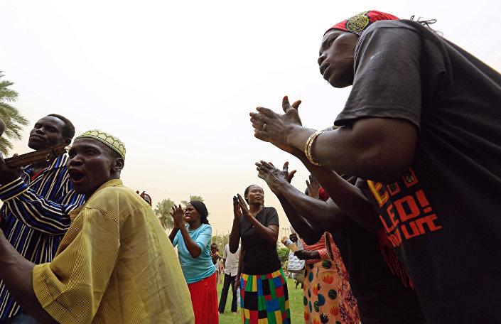 Hortum'daki barış görüşmesini kutlayan Güney Sudanlılar