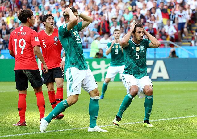 Mario Gomez ile Mats Hummels'in Güney Kore karşısında 2-0 yenikken kaçırılan gole tepkisi