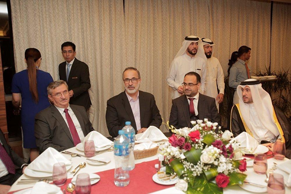 Başkent Doha'daki bir otelde düzenlenen etkinliğe Türkiye'nin Doha Büyükelçisi Fikret Özer, Doha'daki Türk Okulu yetkilileri, eski Suriye Muhalif ve Devrimci Güçler Ulusal Koalisyonu (SMDK) Başkanı Muaz el-Hatib, Suriyeli muhaliflerin yönetimindeki Doha Büyükelçiliği temsilcileri ve onlarca Suriyeli katıldı
