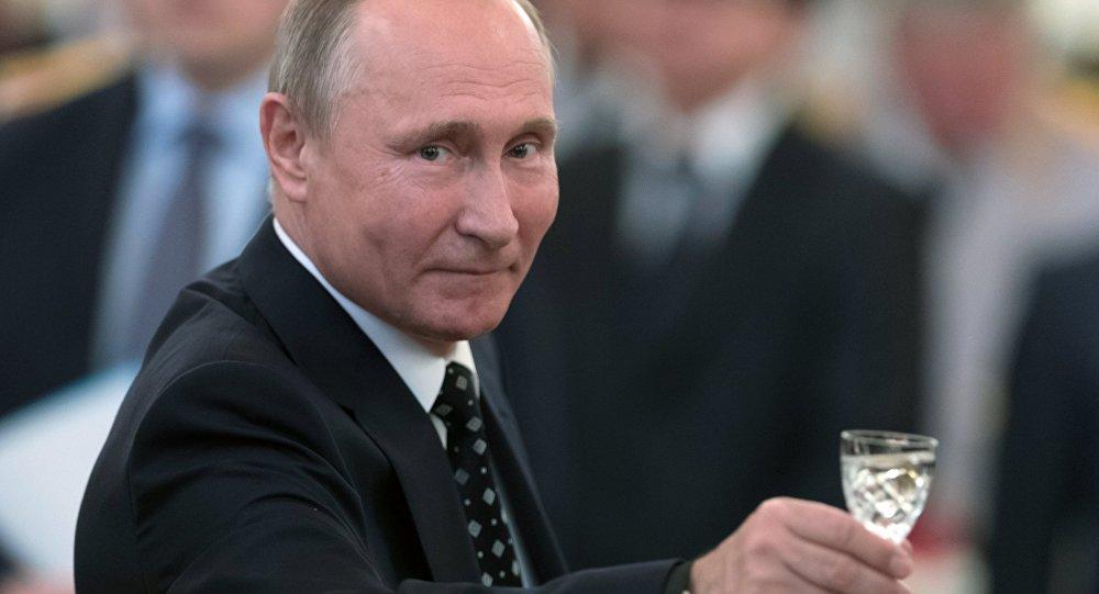 """Putin, resepsiyonda askeri okul mezunları, güvenlik güçlerinin yanı sıra Rusya ordusu ile Rusya için kadeh kaldırdı. Putin """"Mareşal Aleksandr Pokrışkin'in sözlerini hatırlatmak istiyorum: En kutsal görev, daima Rusya için olandır. Rus subaylarımızın verilen görevleri kusursuzca yerine getireceğinden, vatanımız ve halkımızın güvenliğini koruyacağından eminim"""" dedi."""
