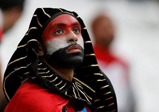 2018 Dünya Kupası'nda takımının Suudi Arabistan'la yaptığı karşılaşmayı üzgünce izleyen bir Mısır taraftarı