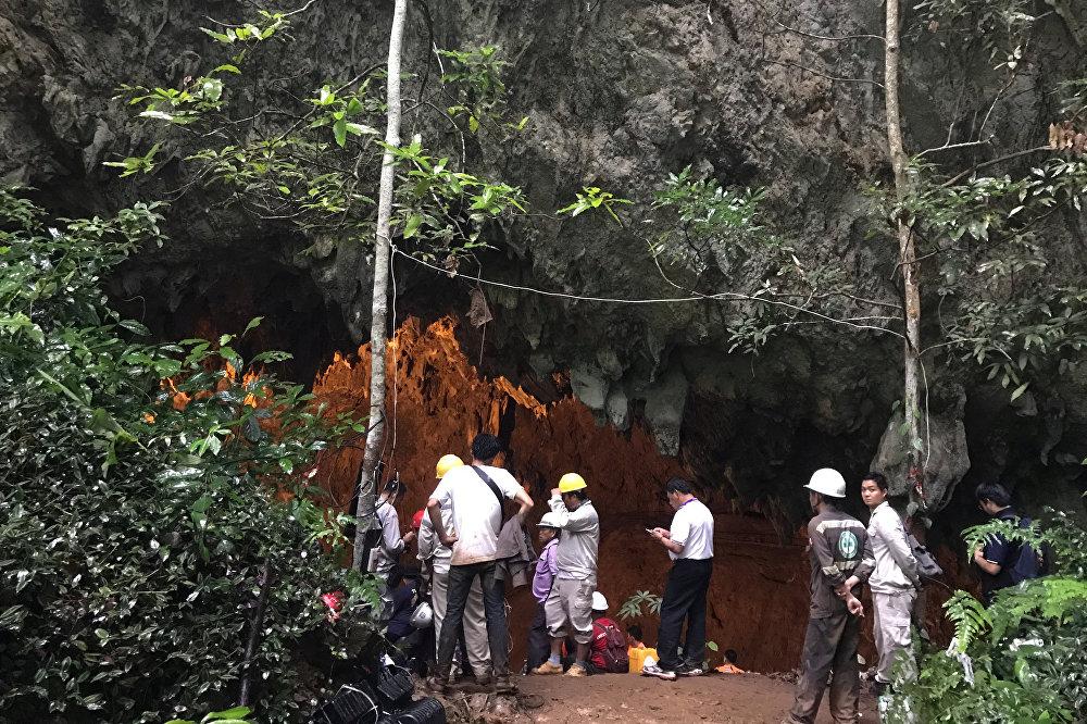 Grubun cumartesi günü Tham Luang Nang Non mağarasına yaptığı ziyaretin ardından çocuklarından hala haber alamayan ailelerin endişeli bekleyişleri sürüyor. 11 ila 16 yaşlarındaki 12 çocuk ve 25 yaşındaki antrenörleri, cumartesi günü yaptıkları maçın ardından Tham Luang Nang Non mağarasına yaptıkları gezide kaybolmuştu.